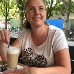 Mirella drinkt koffie en kijkt in de verte