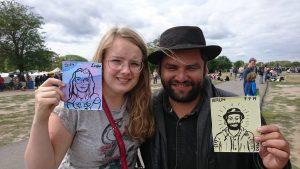 Dewi met de Chileense man, ze hebben elkaars portret getekend